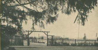 Basen kąpielowy w Lipnie. Brama wjazdowa na teren kompleksu. Fotografia z 1938 roku - zdjęcie udostępnił M. Woźniak