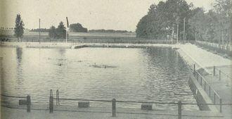 Basen kąpielowy w Lipnie. Po prawej stronie droga w kierunku Szczepanowic. Fotografia z 1934 roku - zdjęcie udostępnił M. Woźniak